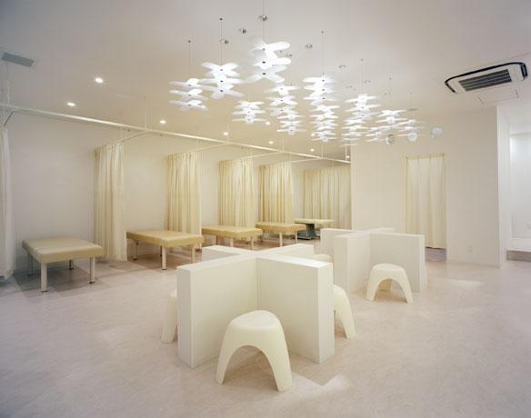 大阪府吹田市にある十全鍼灸整骨院は、イレブンナインがデザインしました。2006JCDアワード入選、2006デザイナーズコンパクトショップBEST100に選出。商店建築2006年12月号掲載。